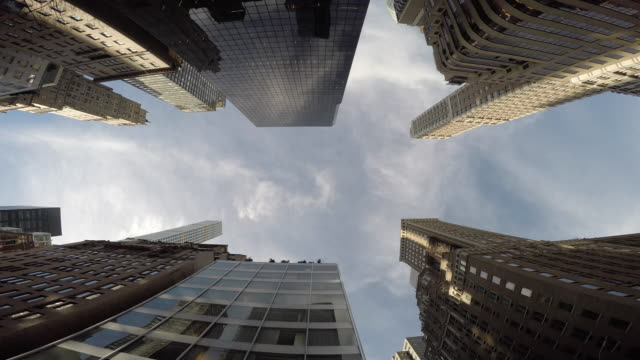 worm's-eye view of skyscraper buildings in metropolis. modern and urban city environment. - 真下からの眺め点の映像素材/bロール