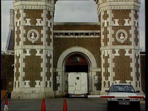 vídeos de stock, filmes e b-roll de wormwood scrubs criticised in report lib london wormwood scrubs entrance to prison gvs prison exterior - política e governo