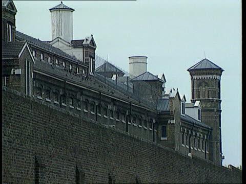 vídeos de stock, filmes e b-roll de wormwood scrubs report lib london ext wormwood scrubs exterior prison gate closing - política e governo