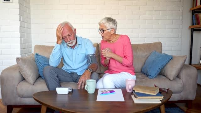 vidéos et rushes de couple inquiet, mesurer la tension artérielle à la maison - mesurer