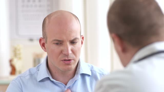 HD: Besorgt Mann mit Arzt sprechen