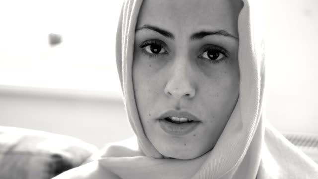 擔心穆斯林婦女說話 - 黑白片 個影片檔及 b 捲影像