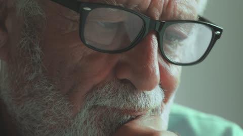 vídeos y material grabado en eventos de stock de hombre mayor preocupado - demencia