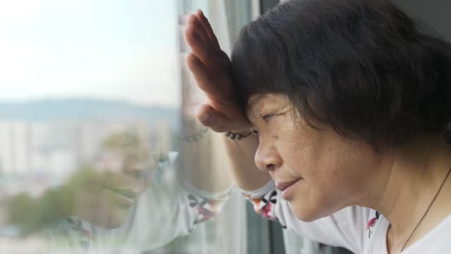 心配した先輩女性(窓) - 中国人点の映像素材/bロール