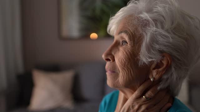 stockvideo's en b-roll-footage met ongerust gemaakte hogere vrouw die thuis contenplating - schizofrenie