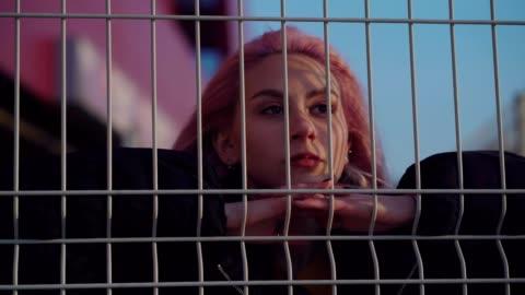 vídeos y material grabado en eventos de stock de chica adolescente preocupada - resistencia