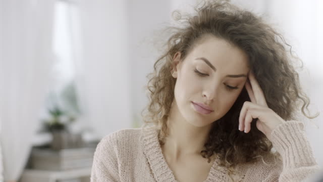 worried young woman at home - trentenne video stock e b–roll
