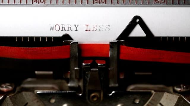 vidéos et rushes de s'inquiètent moins - en tapant avec une vieille machine à écrire - des papillons dans le ventre