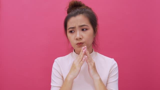 frau auf isolierte rosa hintergrund 4k sorgen - mund stock-videos und b-roll-filmmaterial
