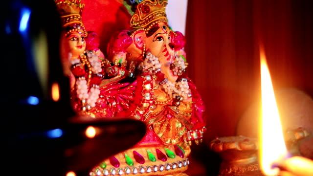 神殿での礼拝 - ヒンズー教点の映像素材/bロール