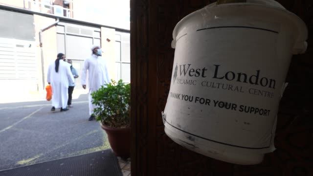 vidéos et rushes de worshipers attend west london islamic cultural centre mosque on the first day of eid al-adha with social distancing measures in place for worshipping... - fidèle religieux
