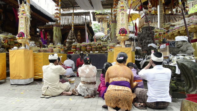 ms worshipers in colorful decorated pura desa temple for ceremony audio / ubud, bali, indonesia, asia - ヒンズー教点の映像素材/bロール