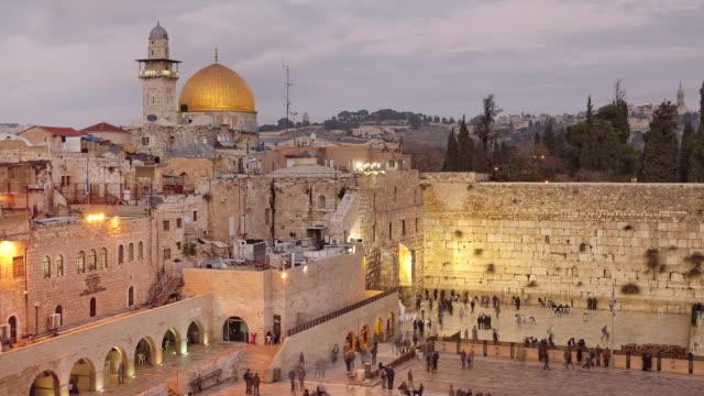 vídeos de stock, filmes e b-roll de worshipers pray at the western wall in jerusalem. - jerusalém