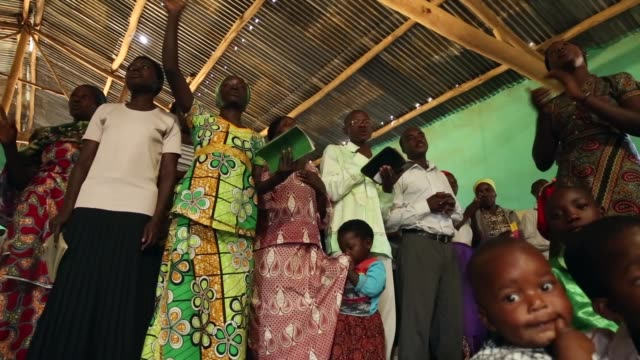 worshipers sing during a sunday service at the chapel mbyo on the eve of the anniversary of the 1994 genocide april 6 2014 in mybo rwanda rwanda is... - völkermord stock-videos und b-roll-filmmaterial