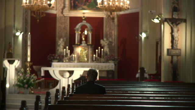 stockvideo's en b-roll-footage met hd dolly: worshipper in the pew - gelovige