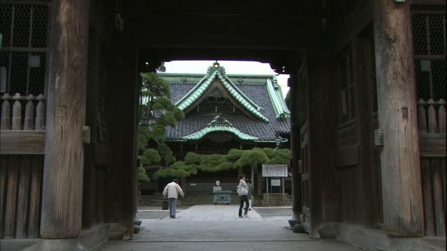 vidéos et rushes de worshippers approach the taishaku-do hall of the shibamata taishakuten temple in tokyo, japan. - fidèle religieux