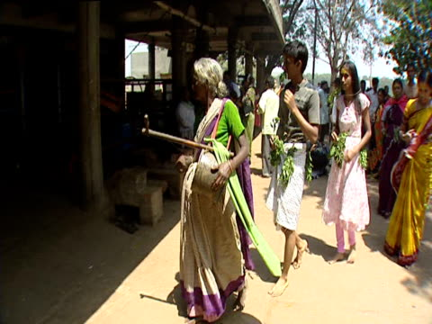 stockvideo's en b-roll-footage met worshippers arriving at temple india - gelovige