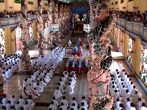 fedeli alla grande tempio di cao dai - vietnam meridionale video stock e b–roll