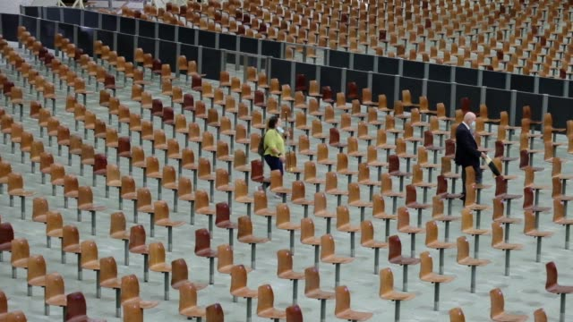 vidéos et rushes de worshippers attend pope francis limited public audience in an almost empty paul vi hall at the vatican on october 7 during the covid-19 infection,... - fidèle religieux