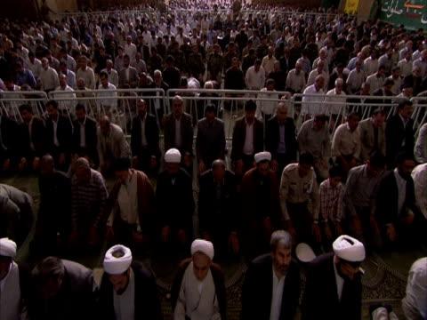 stockvideo's en b-roll-footage met worshippers bowing in prayer, esfahan mosque, iran (sound available) - bukken