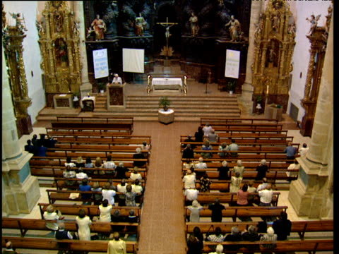 stockvideo's en b-roll-footage met worshippers in catholic church basque country spain - gelovige
