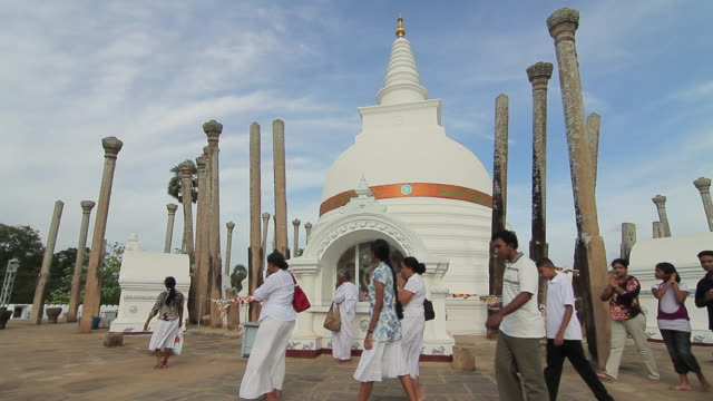 vidéos et rushes de ms worshippers passing thuparama dagoba, the first dagaba built in sri lanka after introduction of buddhism, contains collarbone of buddha / anuradhapura, north central province, sri lanka - fidèle religieux