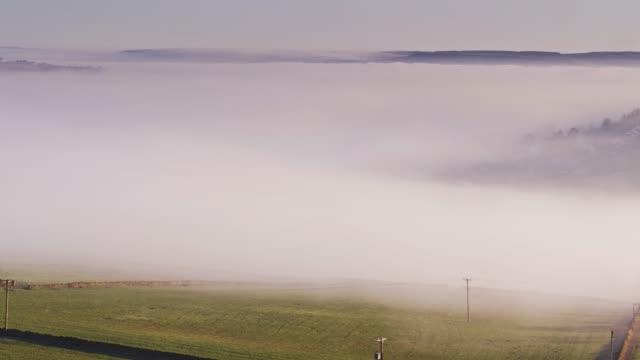 vídeos y material grabado en eventos de stock de vale valle, west yorkshire cubierto en niebla - drone tiro - erial
