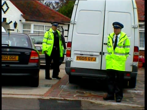 police outside wragg family home and police cordon outside - worthing点の映像素材/bロール