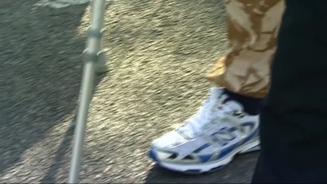 wounded army major phil packer walks london marathon course in 14 hours 2009 england various shots phil packer along during london marathon wearing... - casual clothing stock videos & royalty-free footage