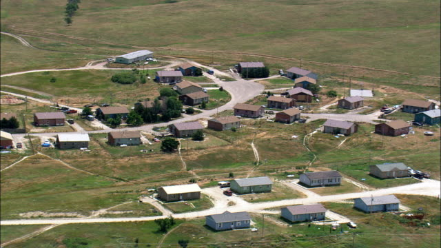 verletzten knie-luftaufnahme-south dakota, shannon county, vereinigte staaten - menschliches knie stock-videos und b-roll-filmmaterial