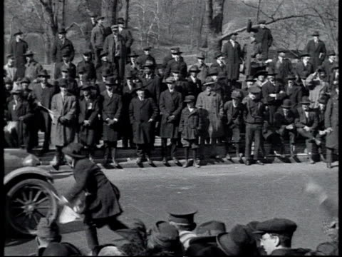 vidéos et rushes de ws wounded soldiers of the 369th infantry regiment riding by in cars in parade spectators throwing money onlookers picking it up and giving it to the... - 1910 1919
