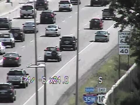 wow talk about being lucky ducks. mndot surveillance footage catches a family of ducks trying to cross many lanes of highway traffic and they somehow... - 奇跡点の映像素材/bロール