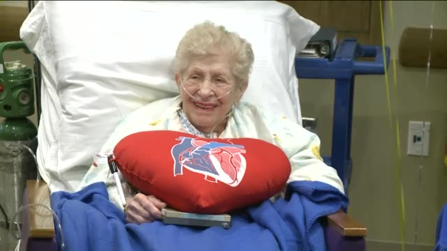 wpix98yearold woman esther cohen recovers from open heart surgery and celebrates her birthday at southside hospital in new york - intervento chirurgico a cuore aperto video stock e b–roll