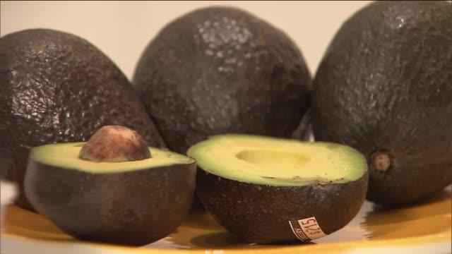 vídeos y material grabado en eventos de stock de closeup of avocados - aguacate