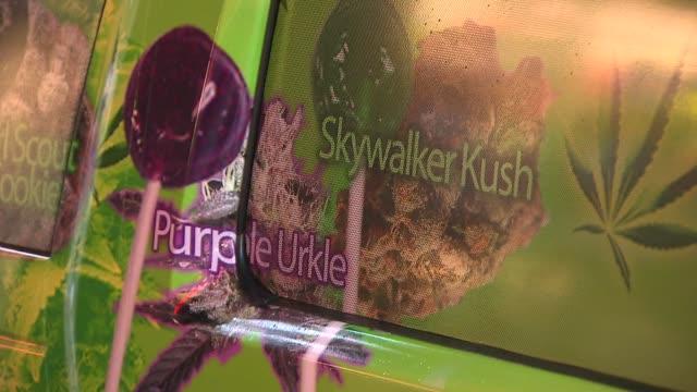 vidéos et rushes de vendor sells marijuana infused goods in new york city lollipop pot truck on june 07 2013 in new york new york - marchandise