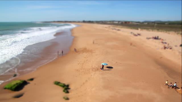 vídeos y material grabado en eventos de stock de wrap it up, beach life, tilt shift time lapse - tilt shift