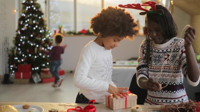 weihnachtsgeschenke verpacken - tierkörper stock-videos und b-roll-filmmaterial