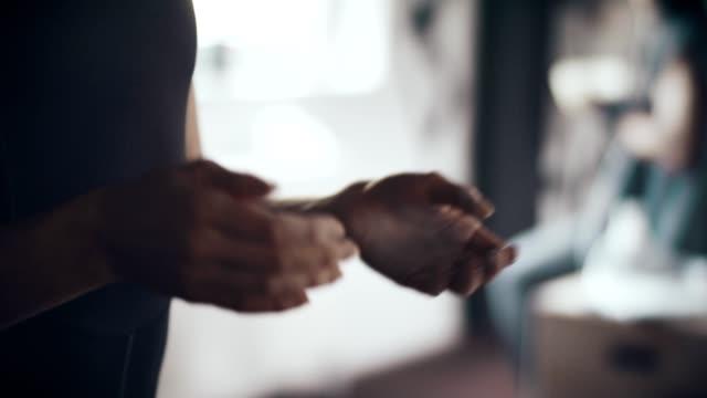 vídeos de stock, filmes e b-roll de mãos de envolvimento antes do treino - giz equipamento esportivo