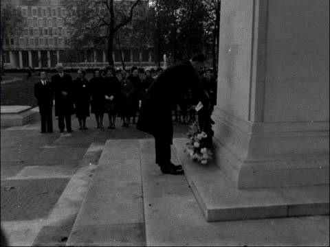 wreath laid in memory of eleanor roosevelt england london grosvenor square ts wreath carried by mr nigel nicholson and laid at foot of memorial cs... - 彫刻画点の映像素材/bロール