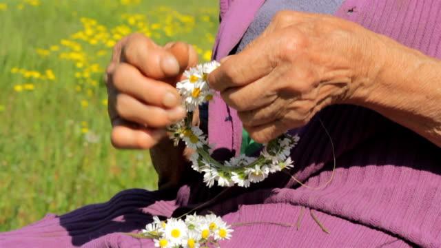 vídeos de stock e filmes b-roll de coroa de flores de flores - artrite