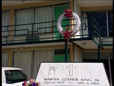 wreath on railings zoom out to motel and plaque commemorating martin luther king jr. - 飾り板点の映像素材/bロール