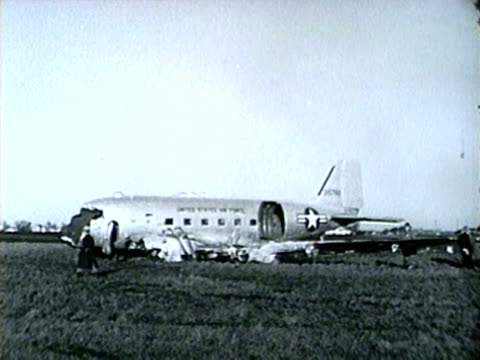 wreckage after c47 united states airforce cargo plane crashes on may 1 1953 near des plaines illinois - united states airforce stock-videos und b-roll-filmmaterial