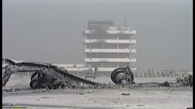 wreckage from the battle of kuwait international airport us military using the airport - operation desert storm bildbanksvideor och videomaterial från bakom kulisserna