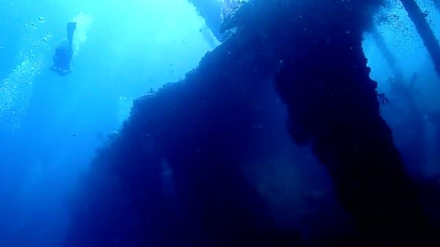 vídeos de stock e filmes b-roll de naufragaram navio - mar de andamão