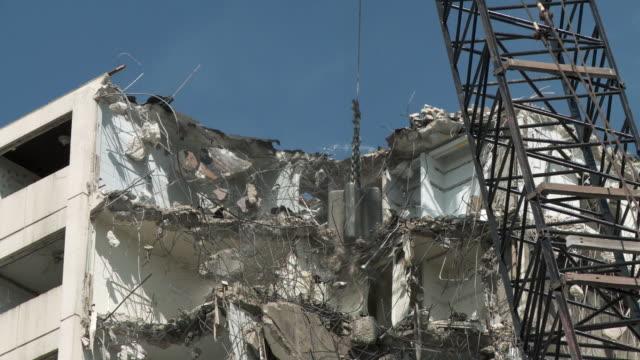 ms wrecking ball demolishing building / chicago, illinois, usa - zerstörung stock-videos und b-roll-filmmaterial