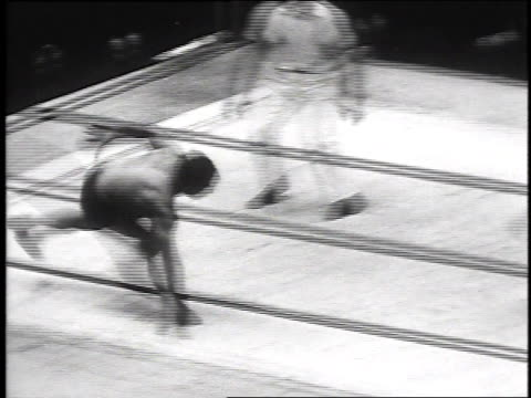 wrestler pinning opponent / referee tapping on wrestlers back / wrestler spinning opponent - ガス ソネンバーグ点の映像素材/bロール