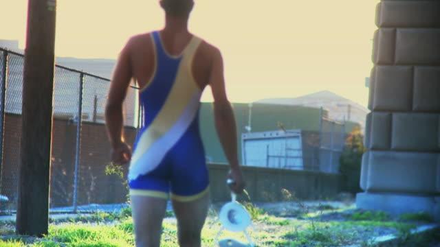 wrestler zu fuß in den sonnenuntergang#2 - menschlicher muskel stock-videos und b-roll-filmmaterial
