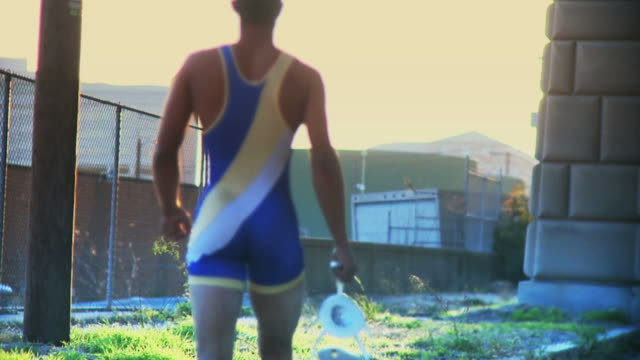 stockvideo's en b-roll-footage met wrestler walking into the sunset #2 - worstelen