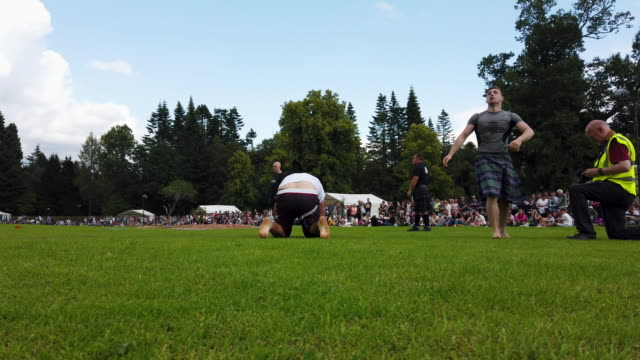 vidéos et rushes de wrestlers compete at inveraray highland games on july 16 2019 in inverarary, scotland. the games celebrate scottish culture and heritage with field... - scottish culture
