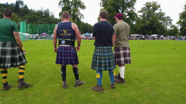 vidéos et rushes de wrestlers prepare to compete at inveraray highland games on july 16 2019 in inverarary, scotland. the games celebrate scottish culture and heritage... - scottish culture